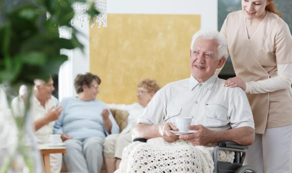 Bewohner und Pflegerin im Seniorenheim Seenburger Weg
